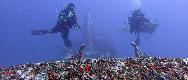 explore a wreck scubadiving in Gili islands