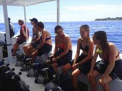 潜水中心的潜水船在吉利群岛