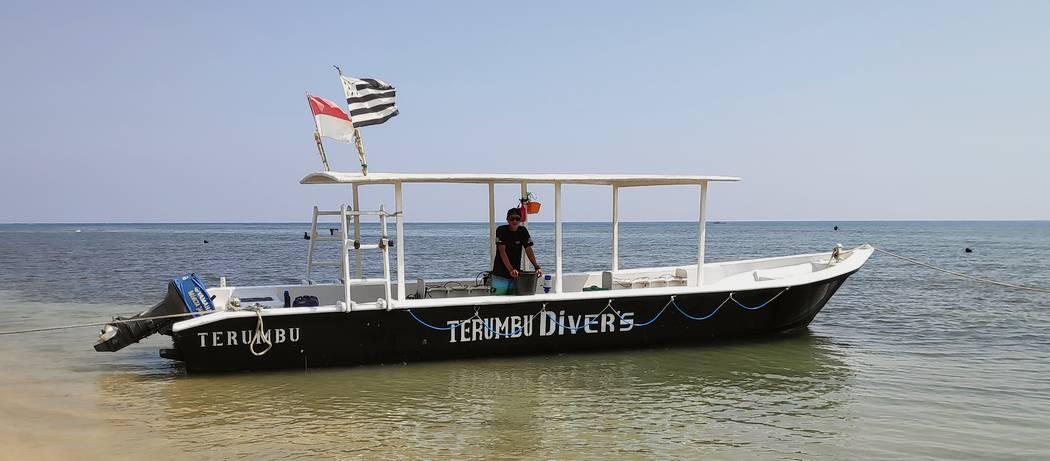 scuba diving boat in gili islands